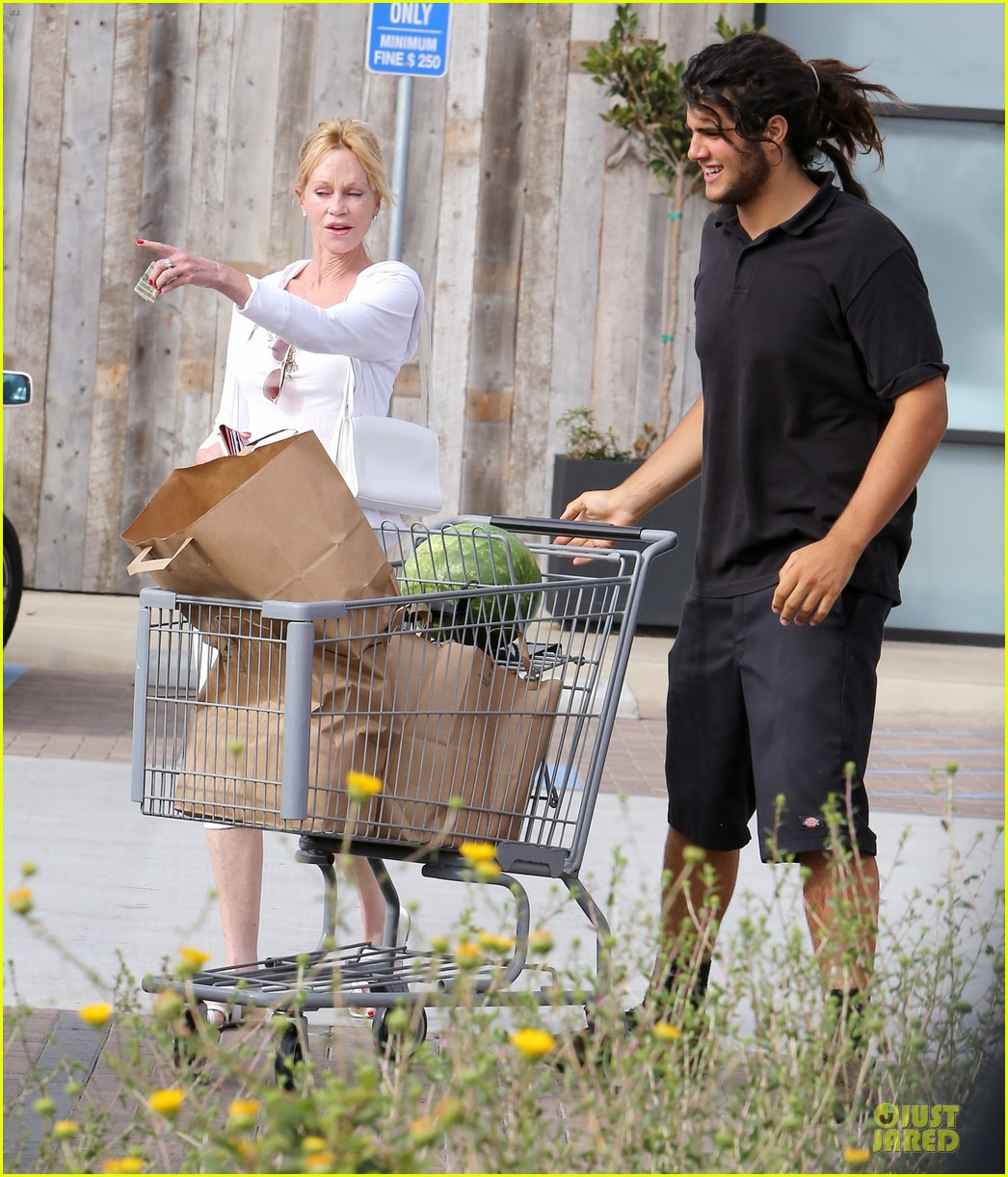 melanie griffith gets grocery help on fourth of july 133150836