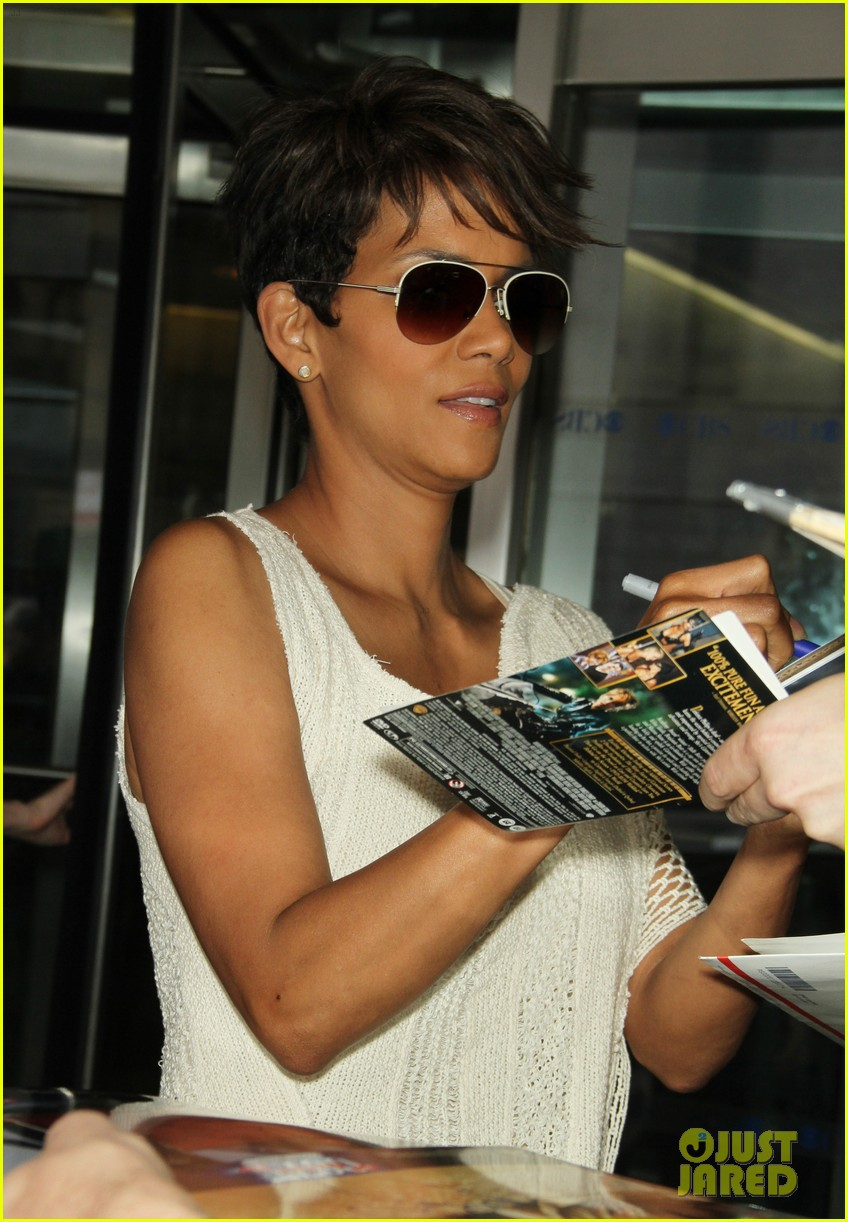 halle berry admits to david letterman that she believes in aliens 01