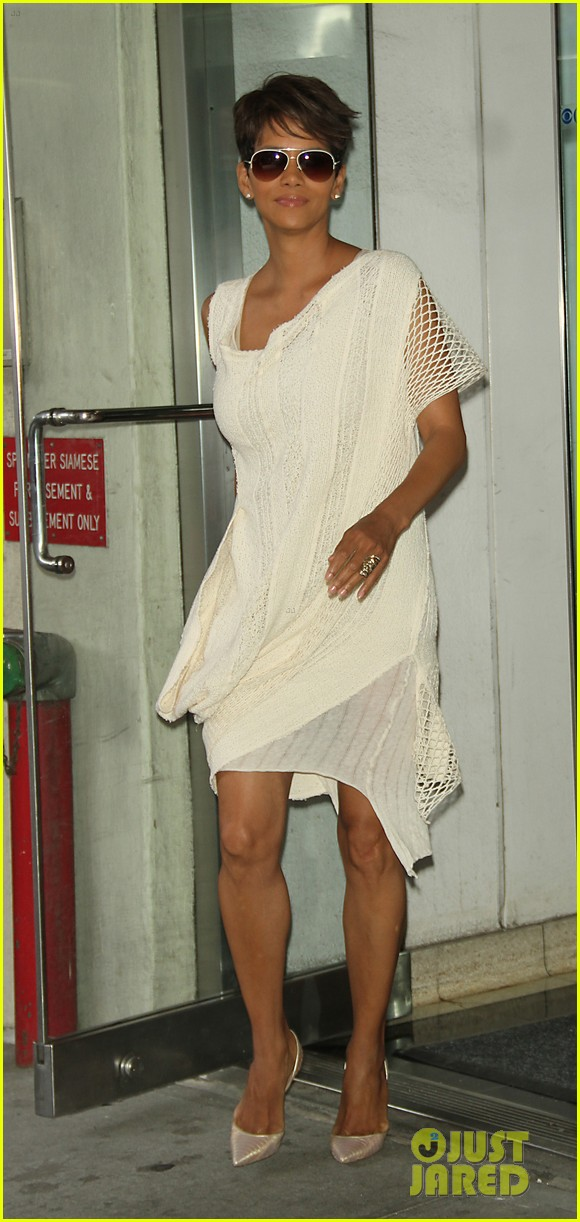 halle berry admits to david letterman that she believes in aliens 043151676