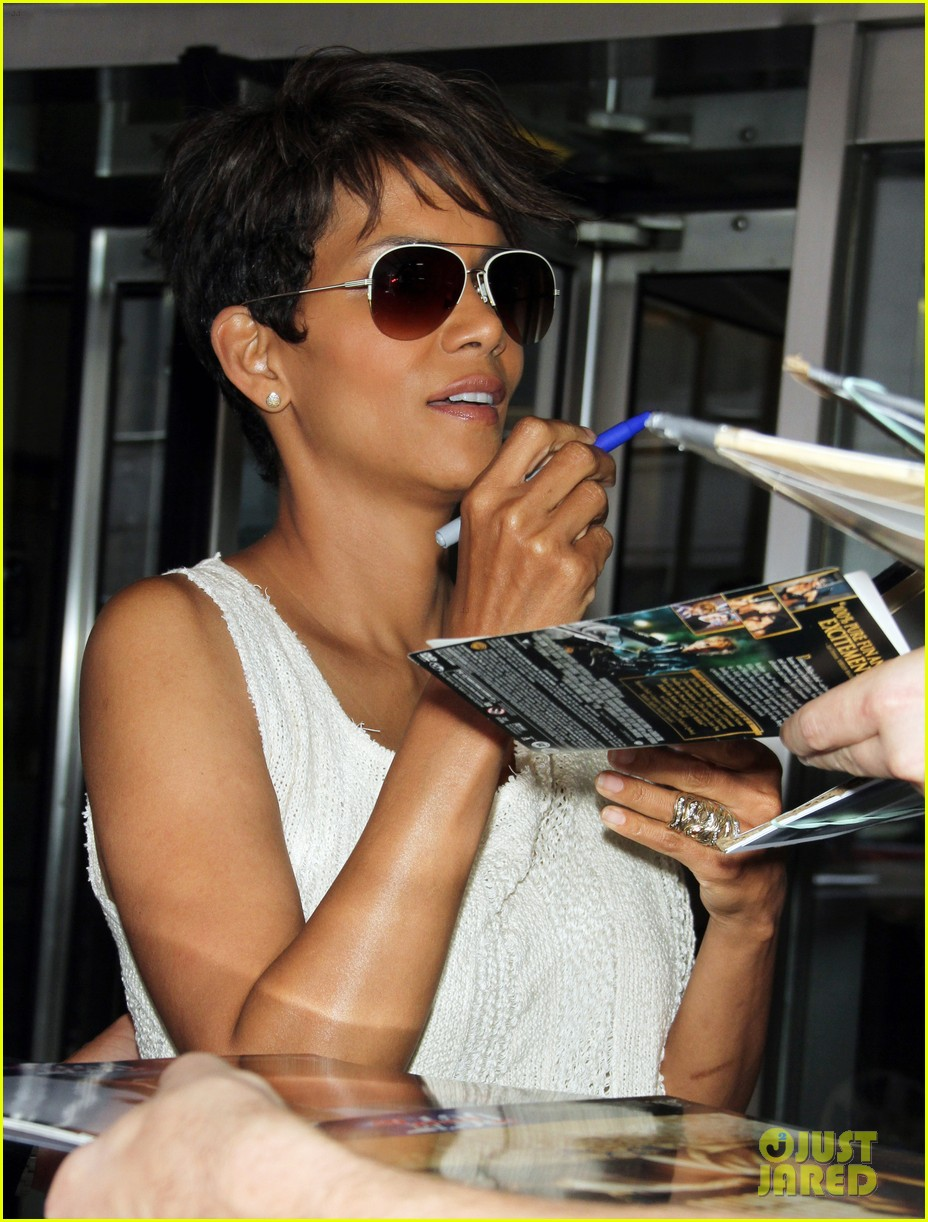halle berry admits to david letterman that she believes in aliens 073151679