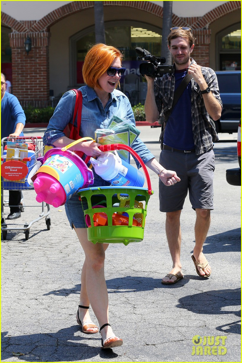 alyson hannigan debuts new bright red short hair 153149762