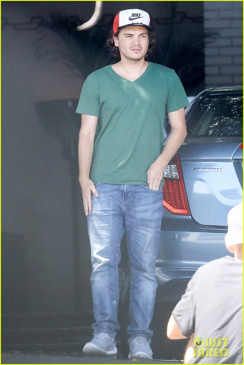 emile hirsch spends his day hanging out at chateau marmont 013147601