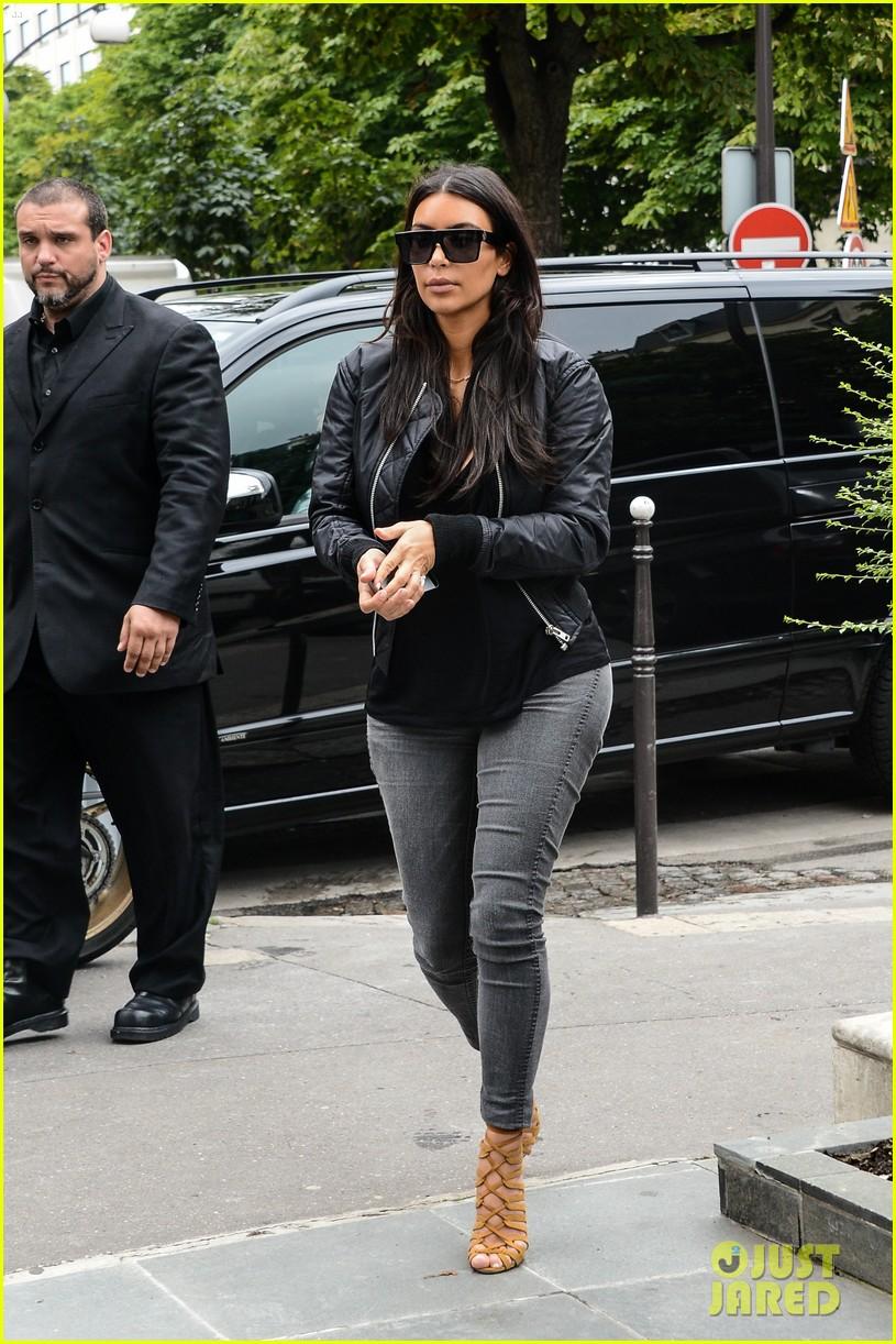 kim kardashian displays lots of cleavage for valentino fashion show 05