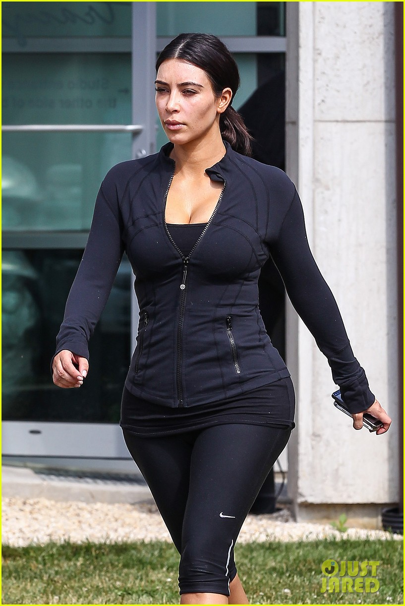 kim khloe kourtney kardashian get in a morning workout 07