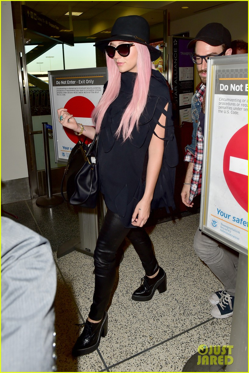 keshas pink hair adds pop of color to her dark ensemble 033148945