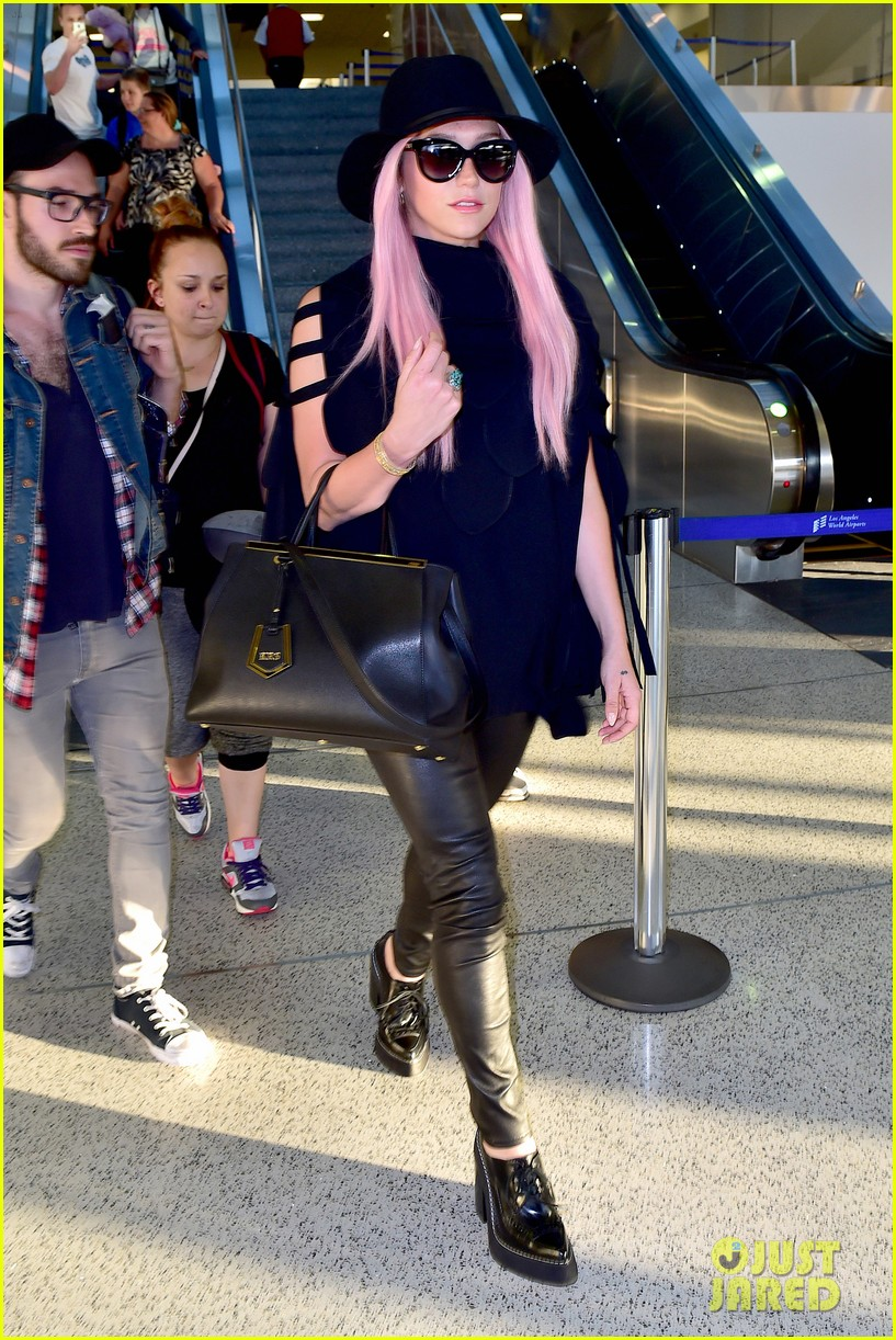 keshas pink hair adds pop of color to her dark ensemble 053148947