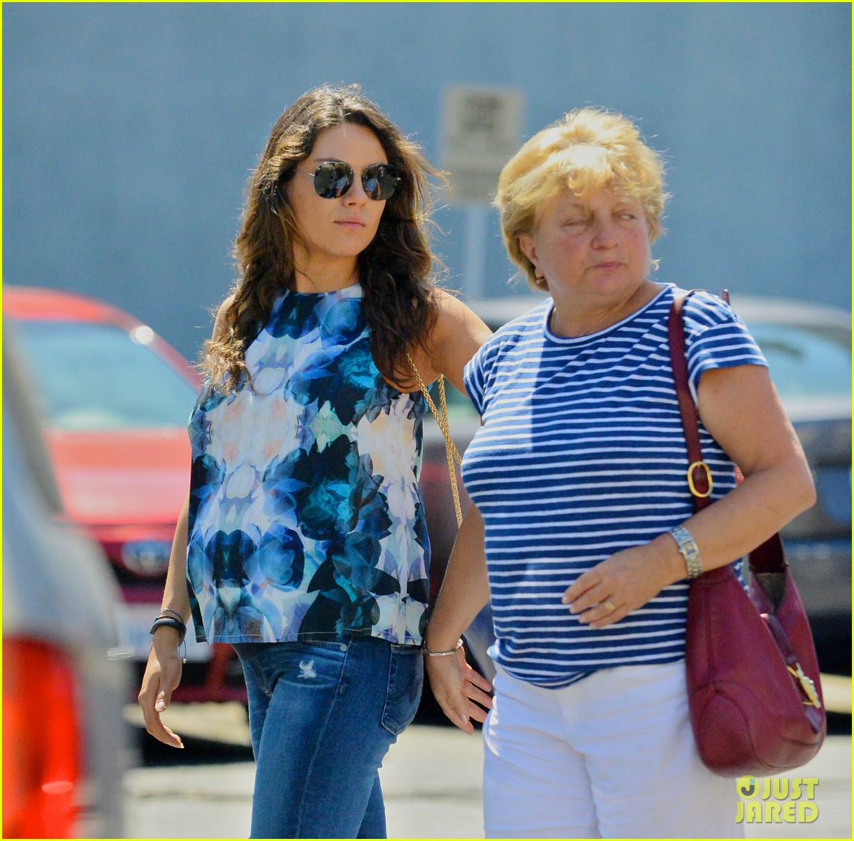 pregnant mila kunis brings her baby bump to brunch with mom 023155289