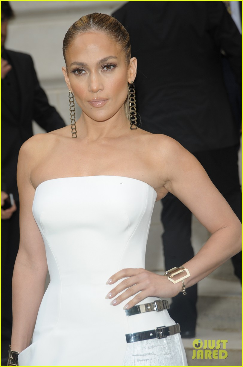 jennifer lopez versace fashion show paris 02