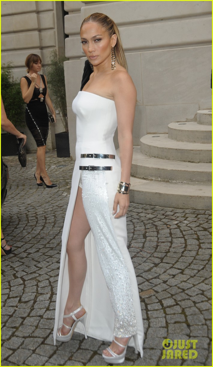 jennifer lopez versace fashion show paris 05