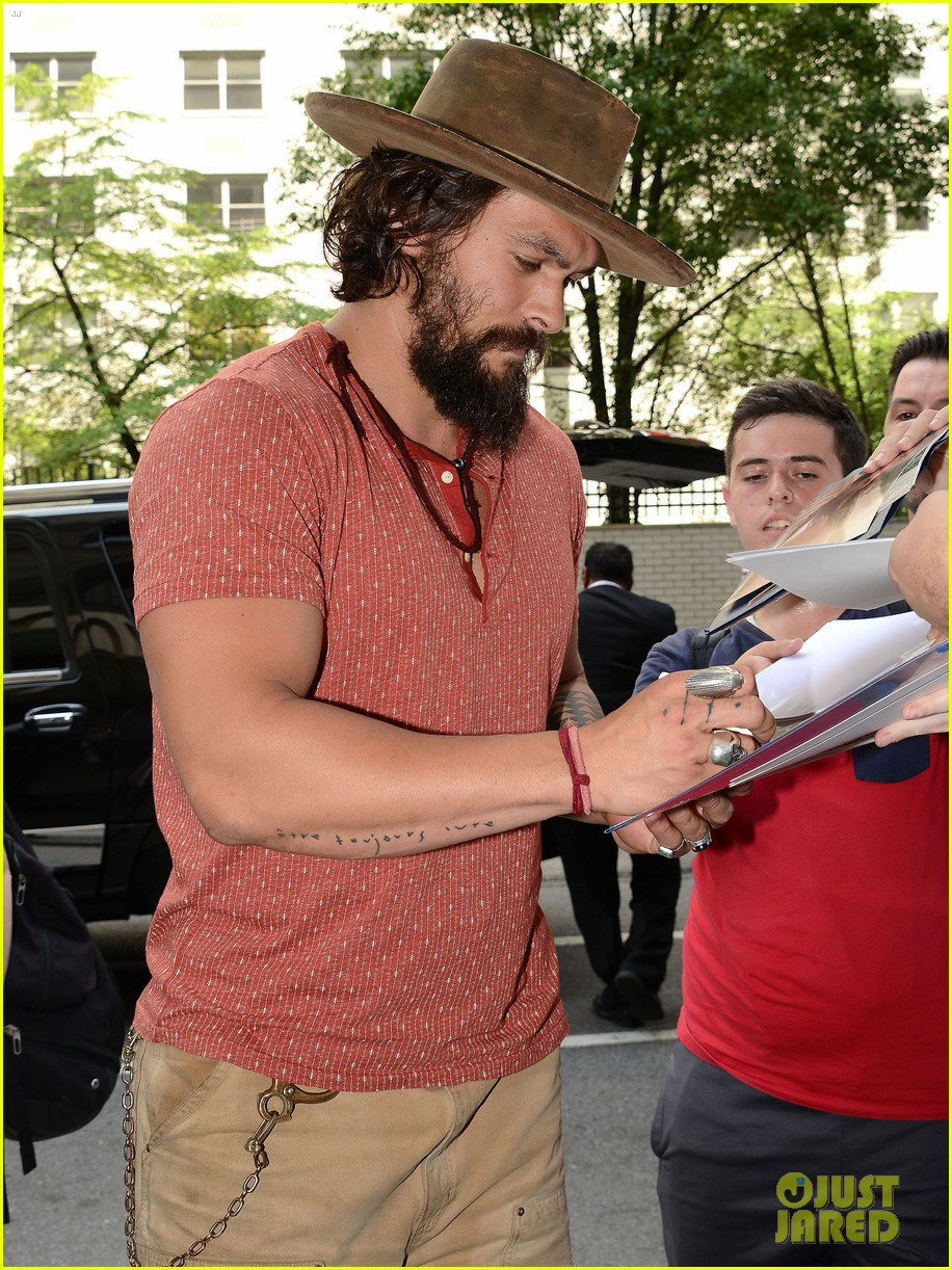 jason momoa hits red carpet barefoot for screening 013152132