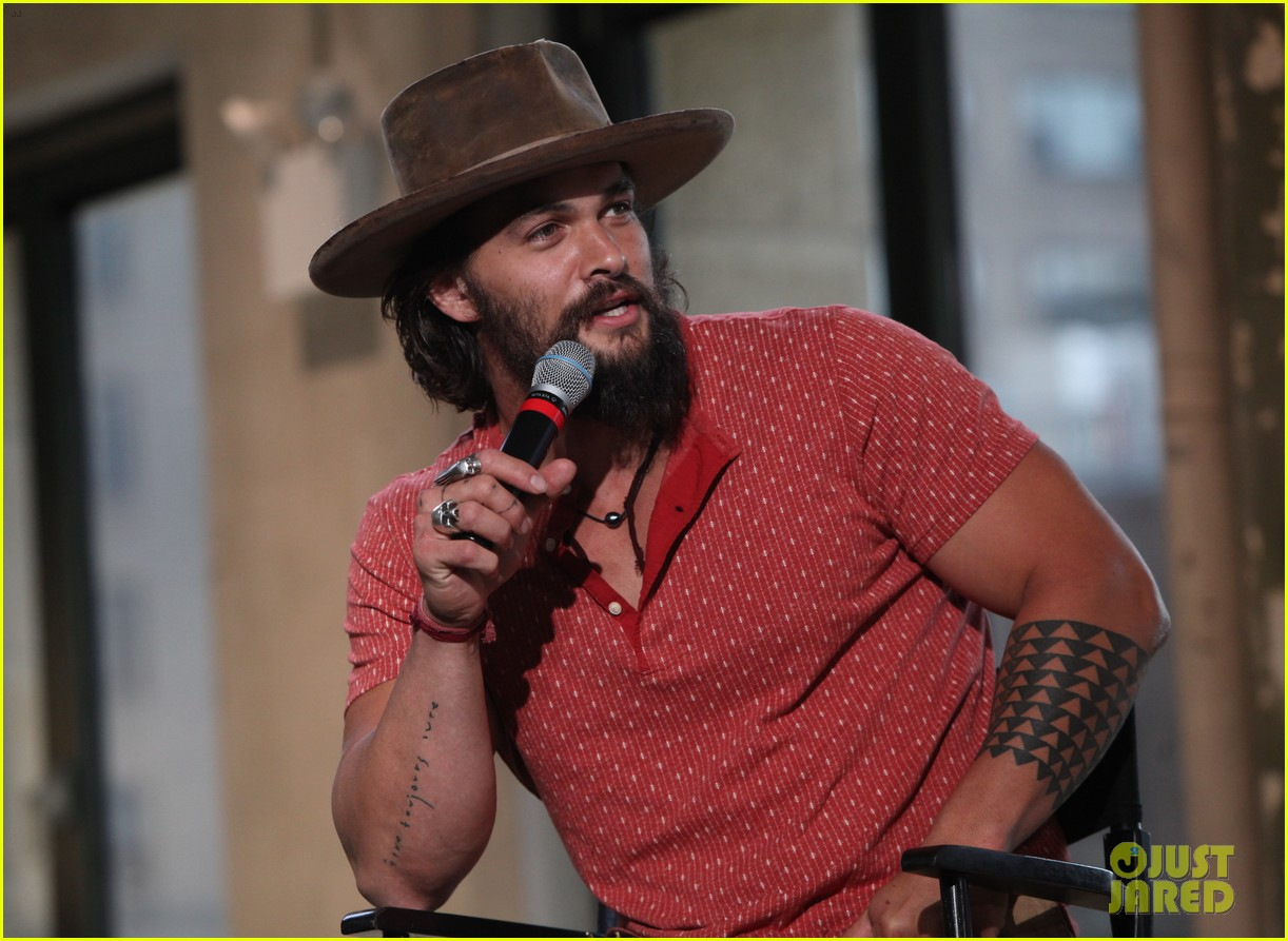 jason momoa hits red carpet barefoot for screening 08