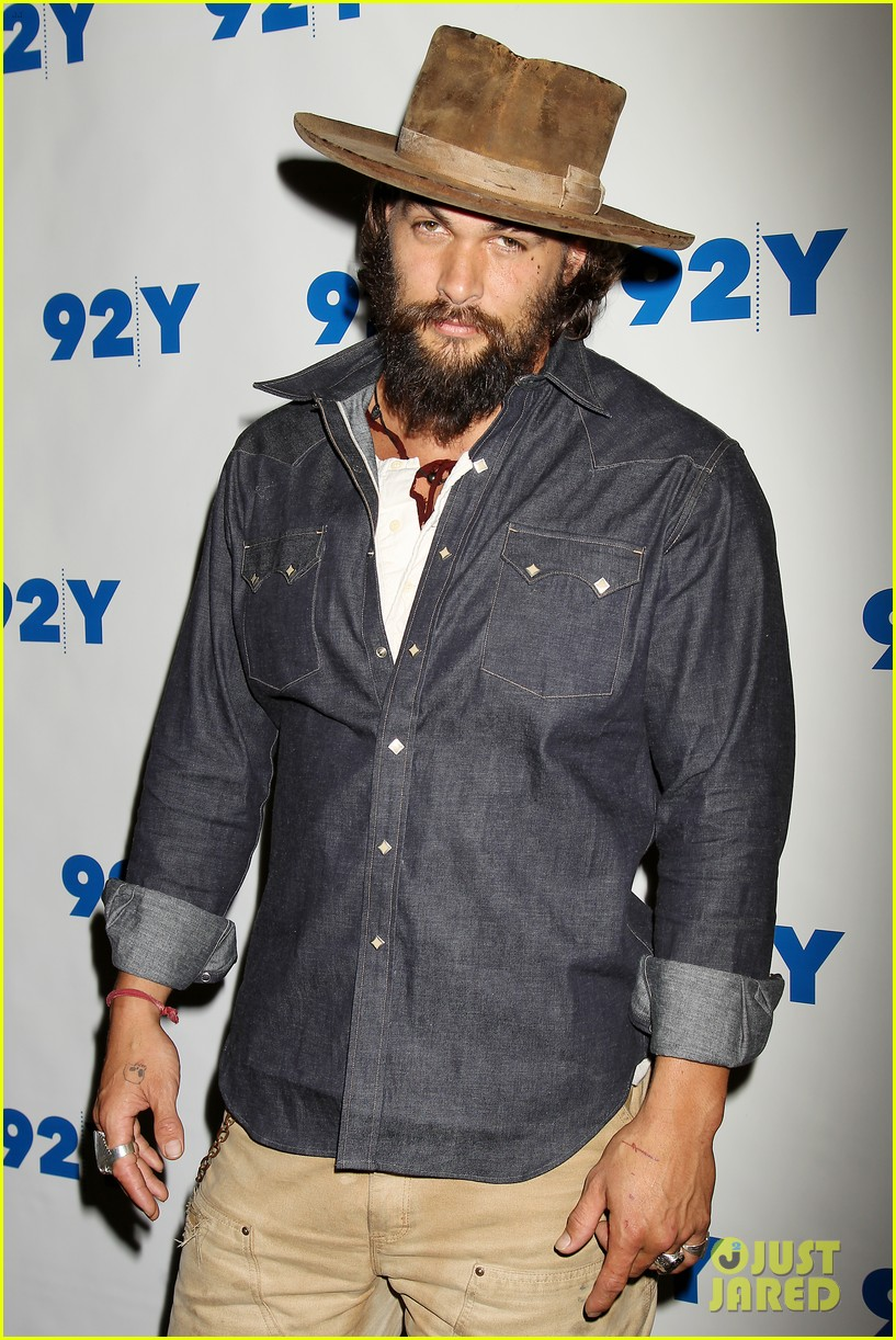 jason momoa hits red carpet barefoot for screening 093152140