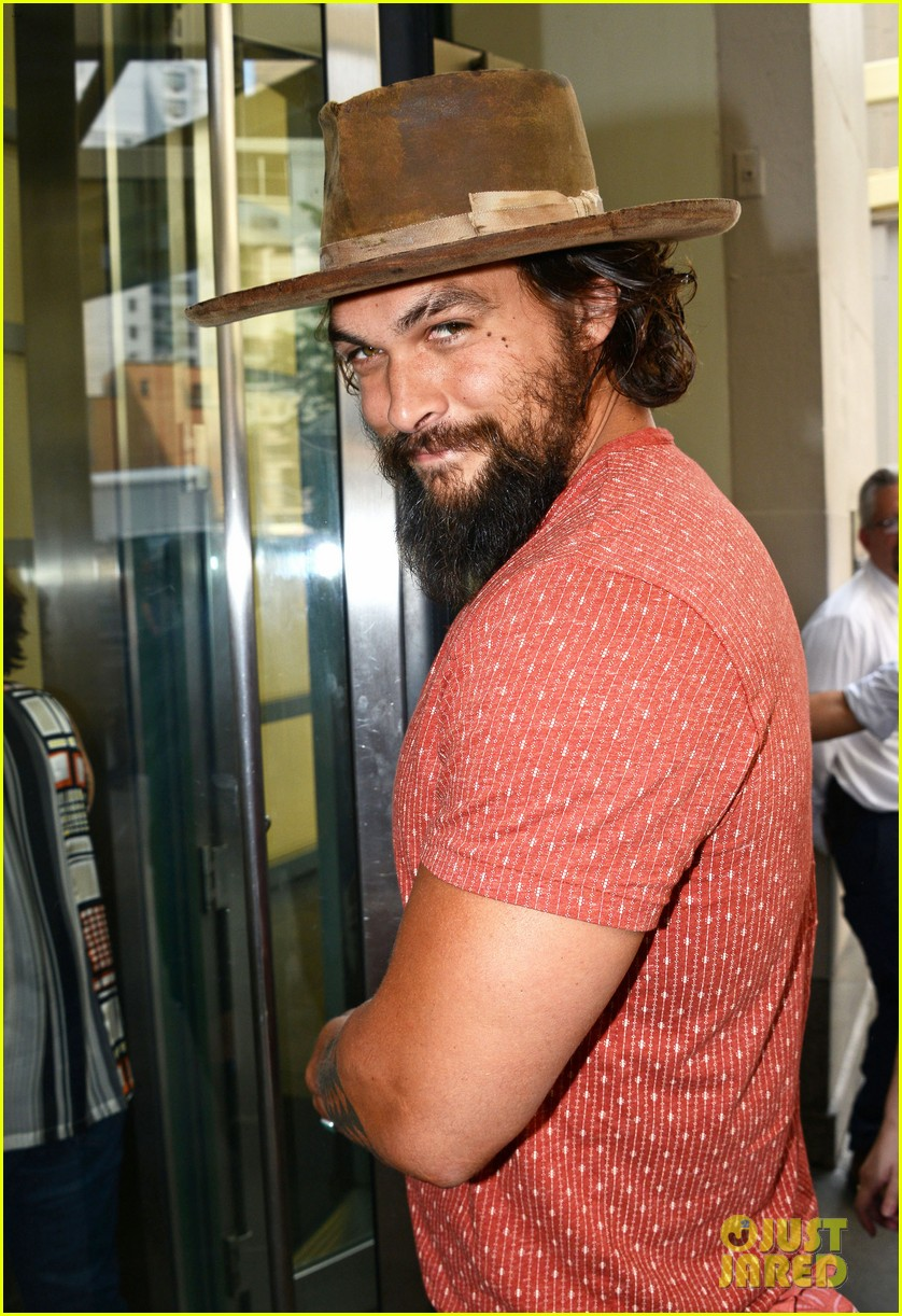 jason momoa hits red carpet barefoot for screening 223152153