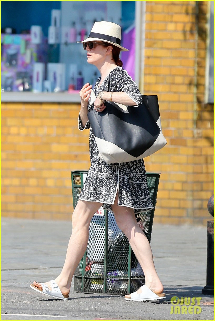 julianne moore is summer chic for yoga class 17