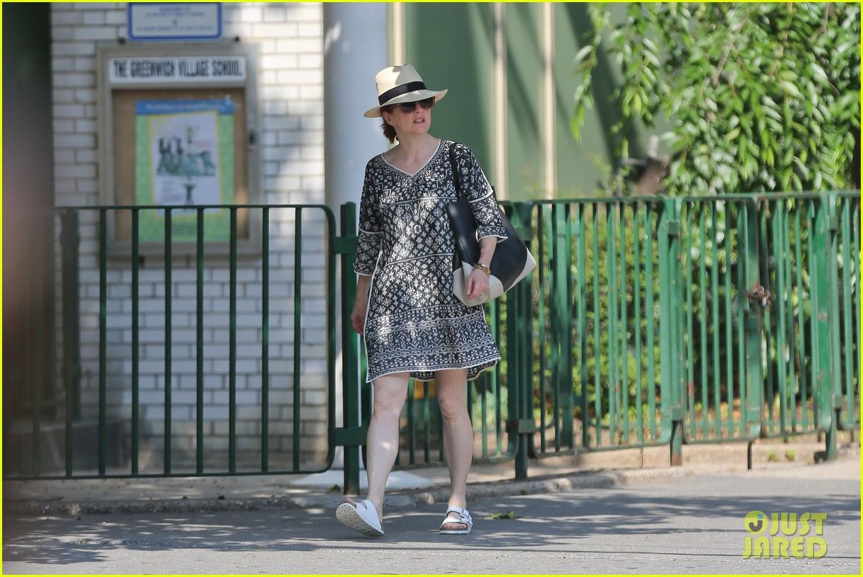 julianne moore is summer chic for yoga class 20