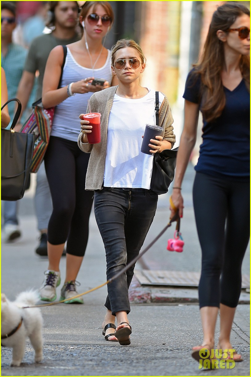 ashley olsen grabs two juices to go 013148879