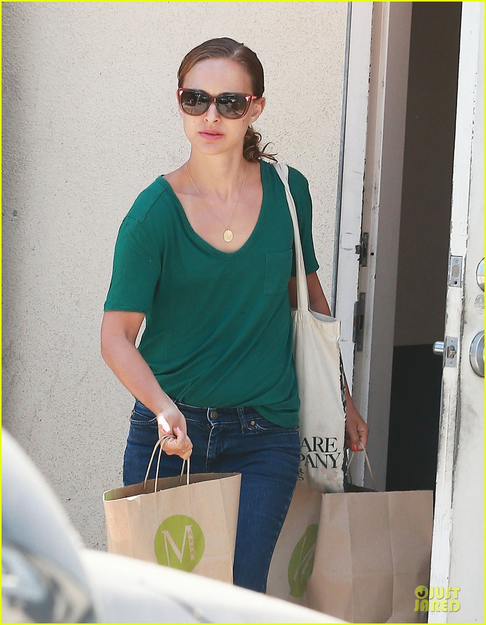 natalie portman goes green healthy at m cafe 023151169