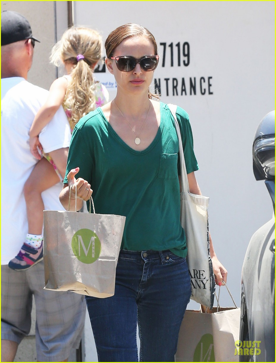 natalie portman goes green healthy at m cafe 073151174