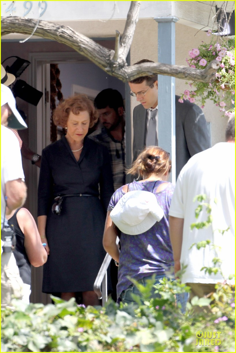 ryan reynolds becomes house intruder on woman in gold 16