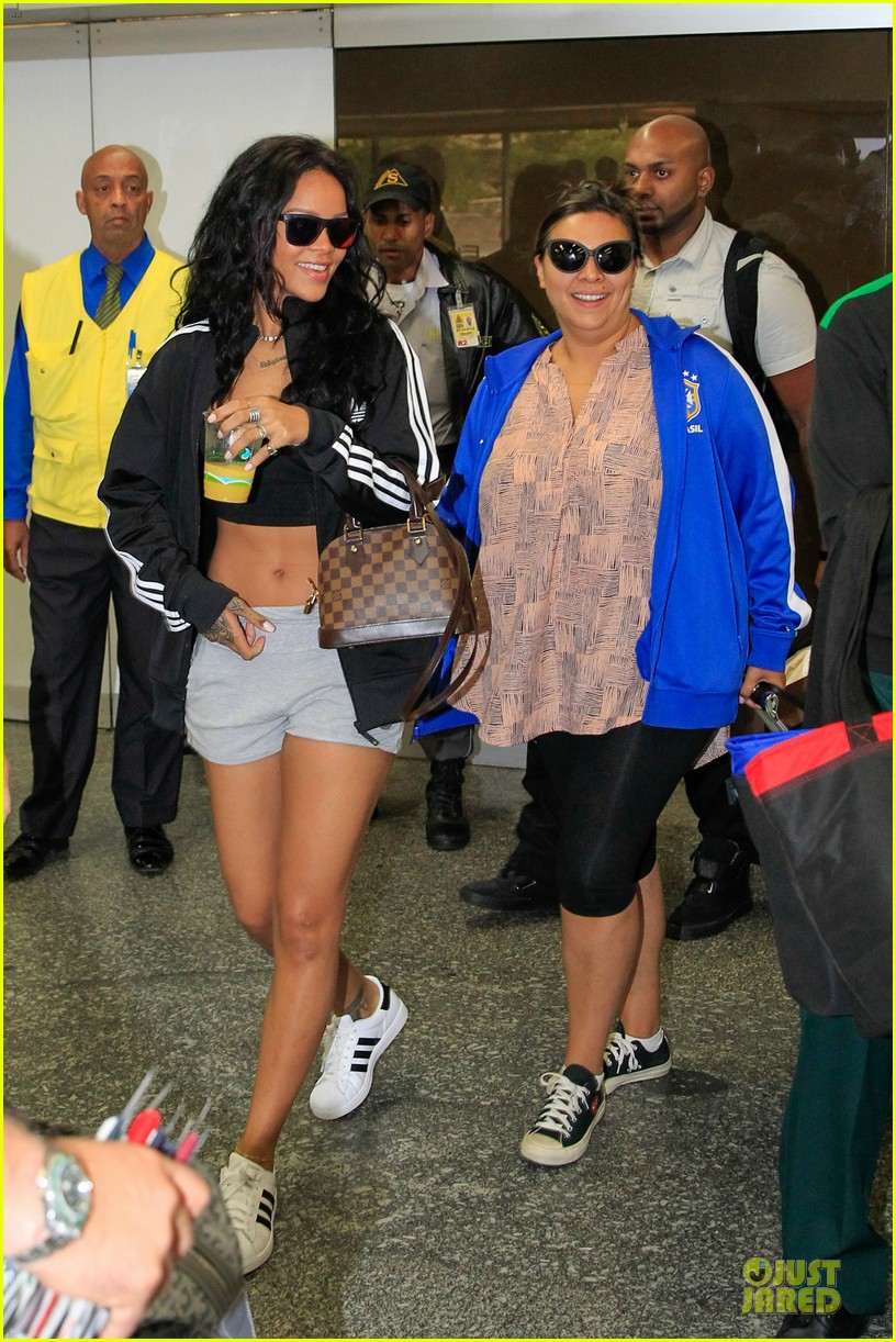 rihanna brings toned tummy to brazil 03