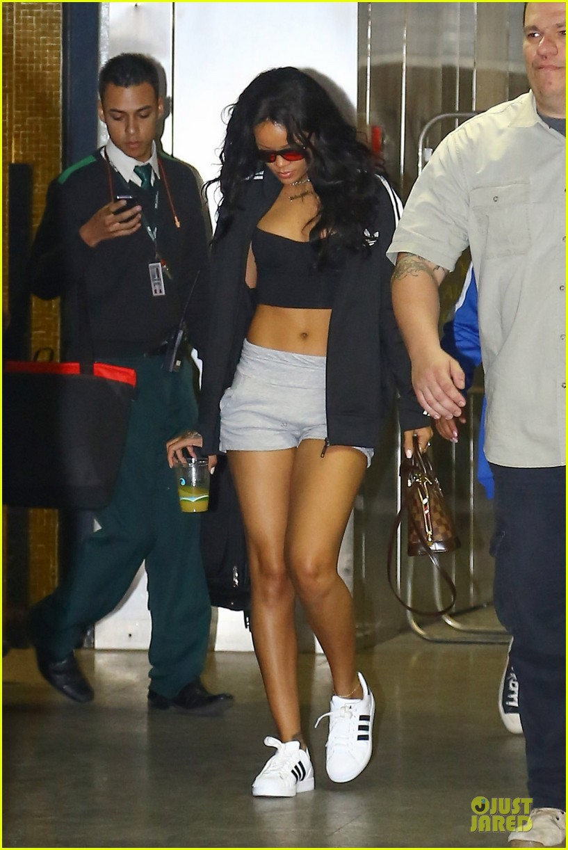 rihanna brings toned tummy to brazil 09
