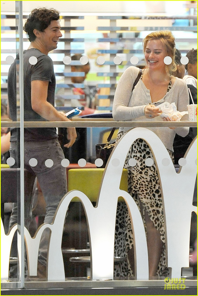 margot robbie enjoys movie mcdonalds in london 08