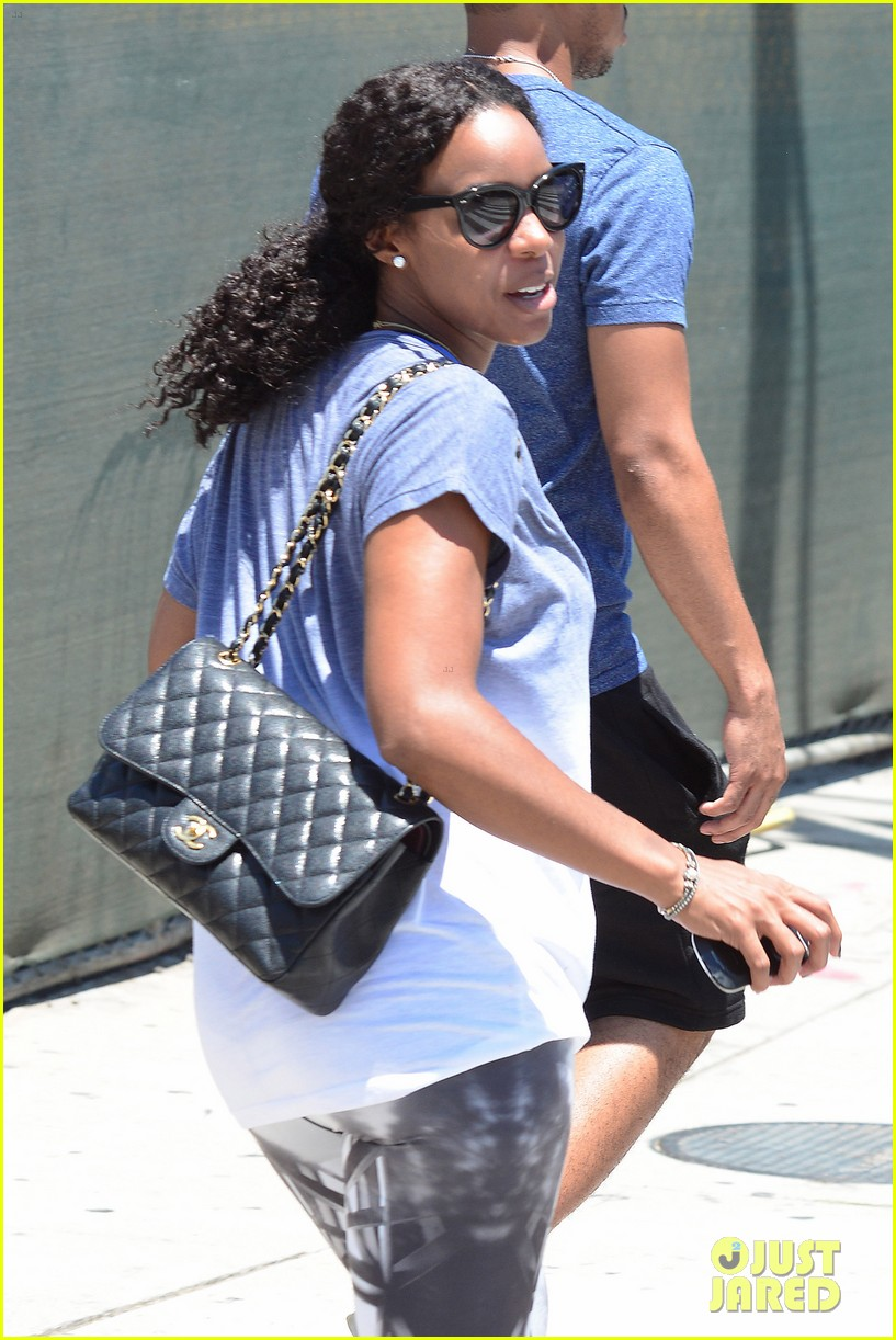 kelly rowland displays her bare baby bump during gym workout 10