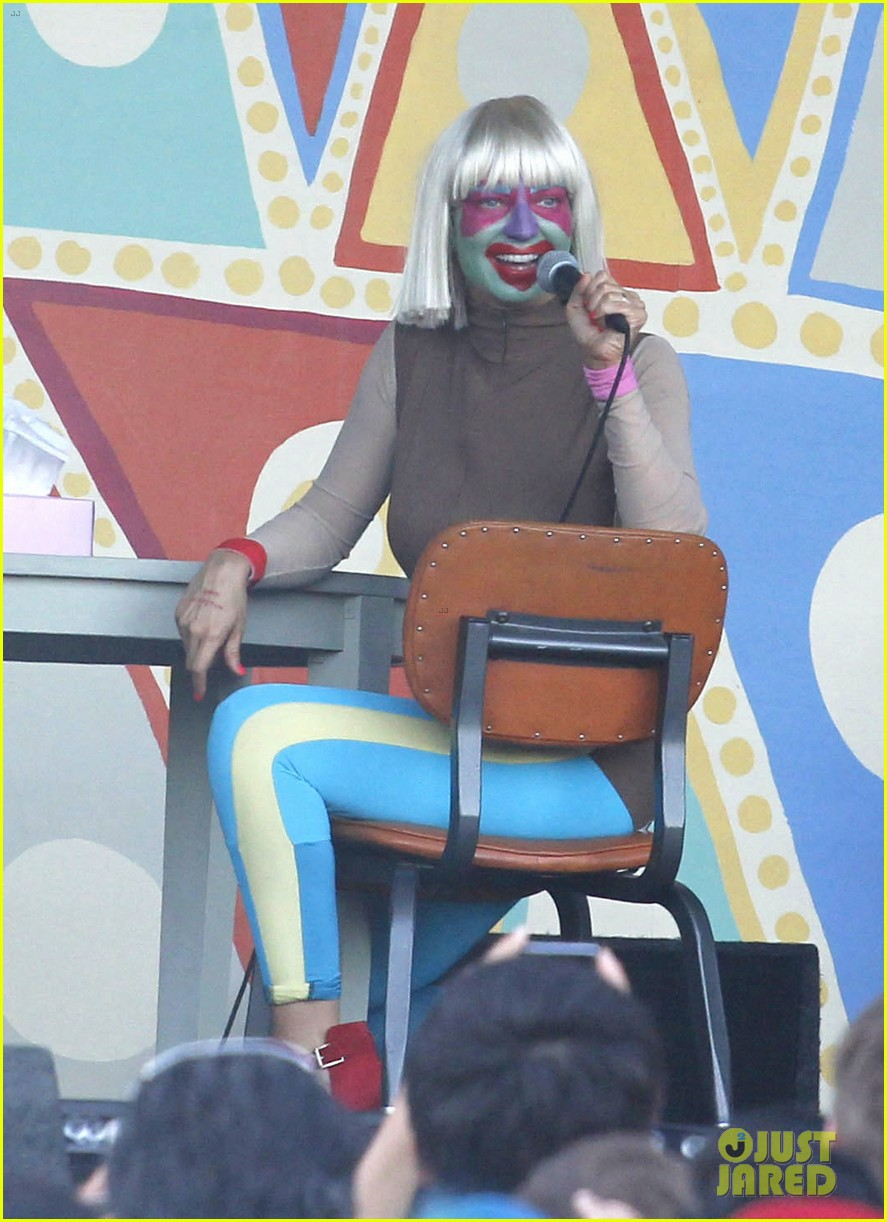 sia performs chandelier in full clown makeup 033149444