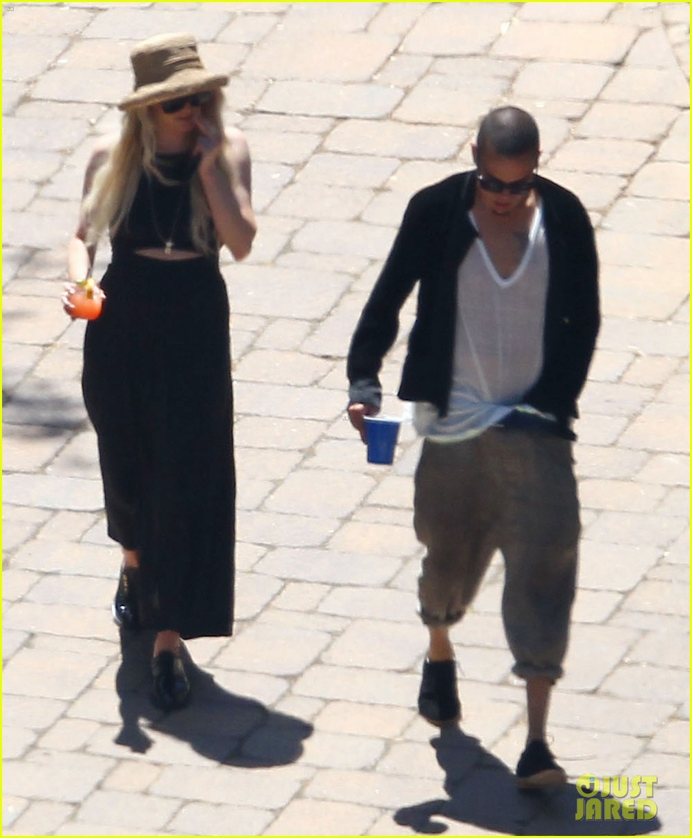 ashlee simpson evan ross cuddle at the pool 14