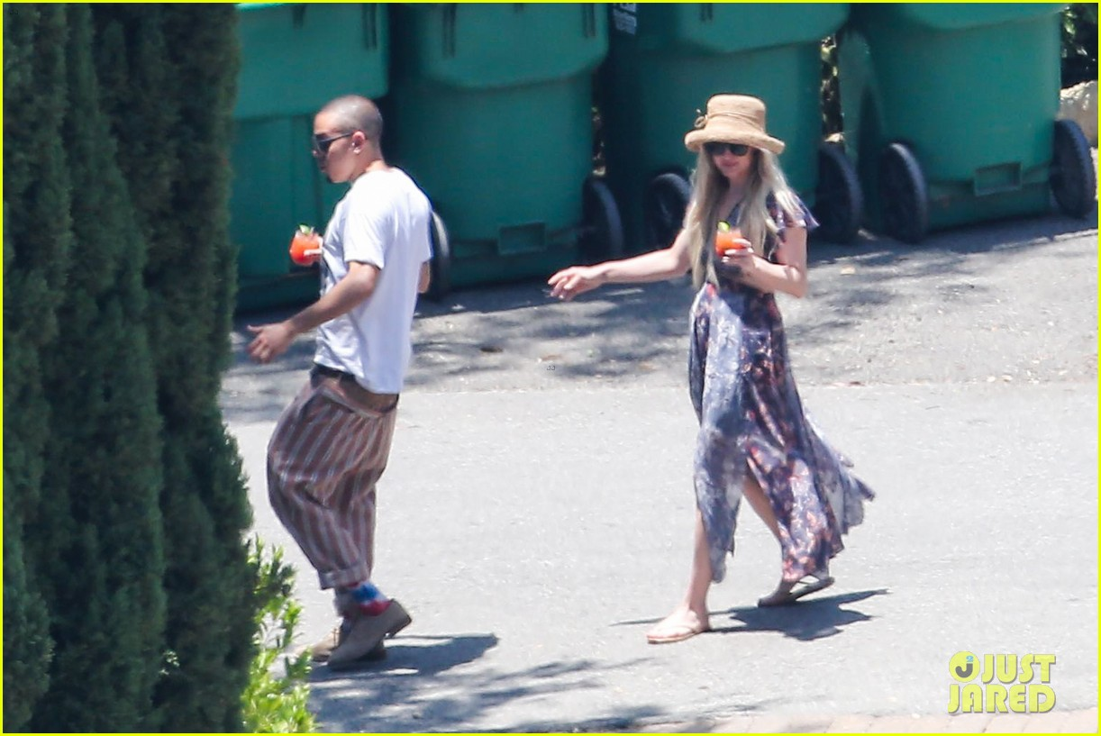 ashlee simpson hits the pool before jessicas wedding 16