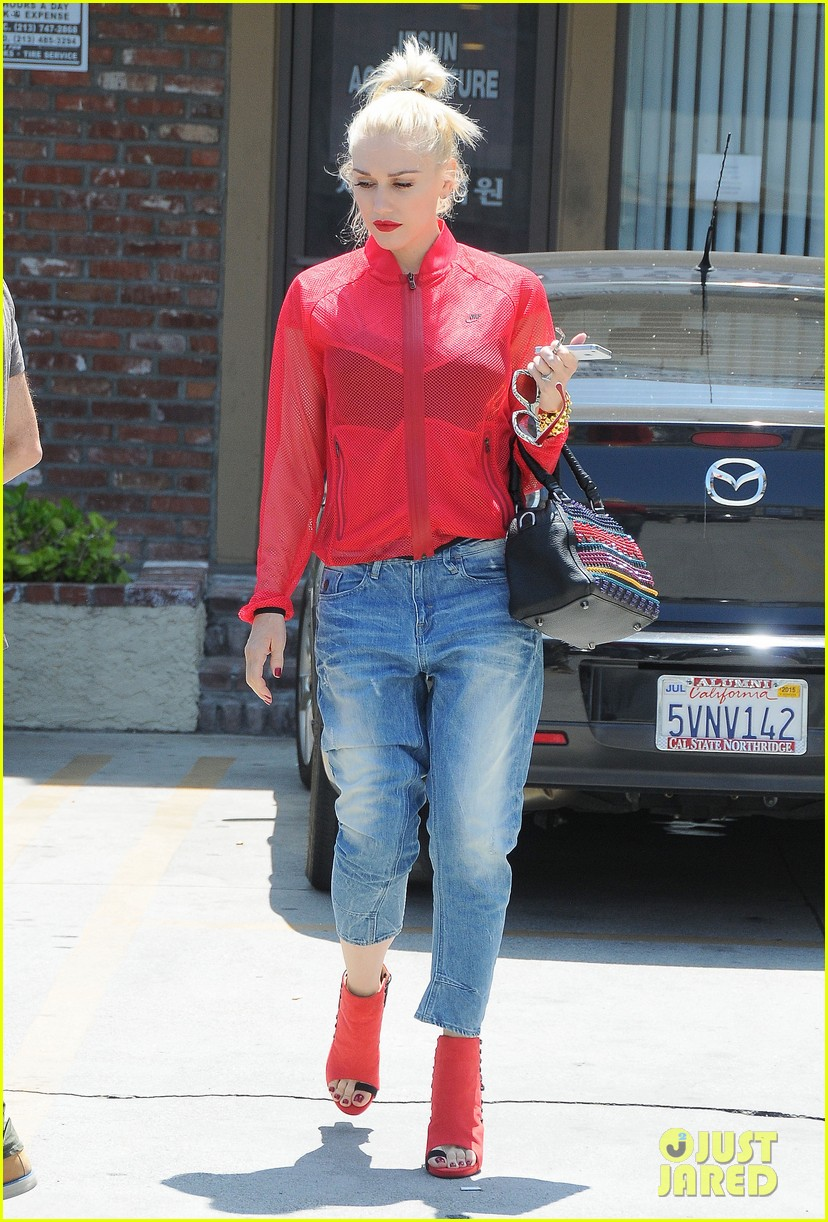 gwen stefani takes her red hot heels for a ride 04