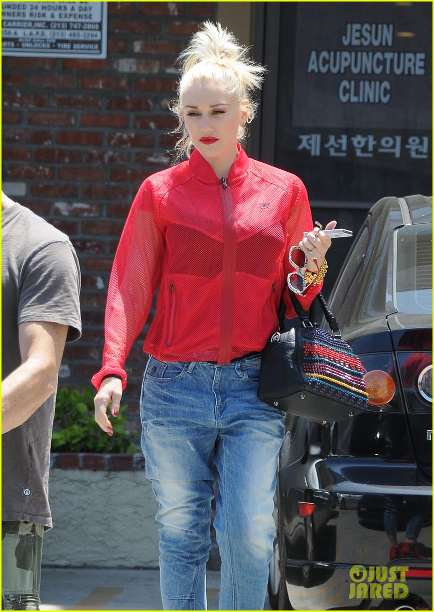 gwen stefani takes her red hot heels for a ride 11