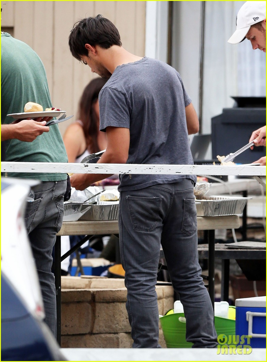 taylor lautner lunch run the tide set 02