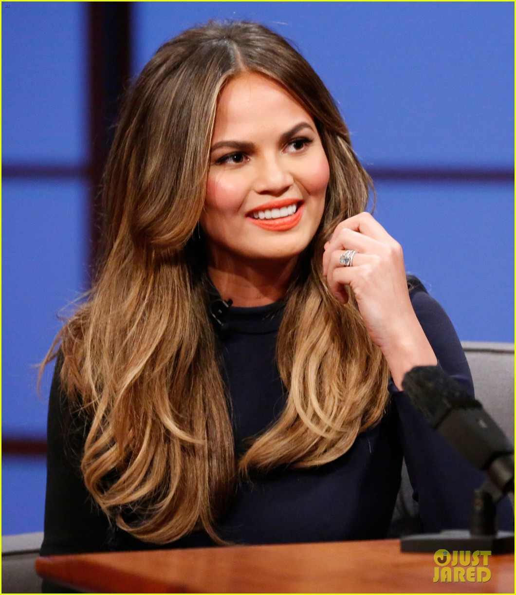 chrissy teigen on late night with seth meyers 04
