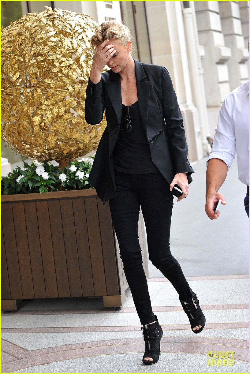 charlize theron classy stroll sans sean penn in paris 033151859