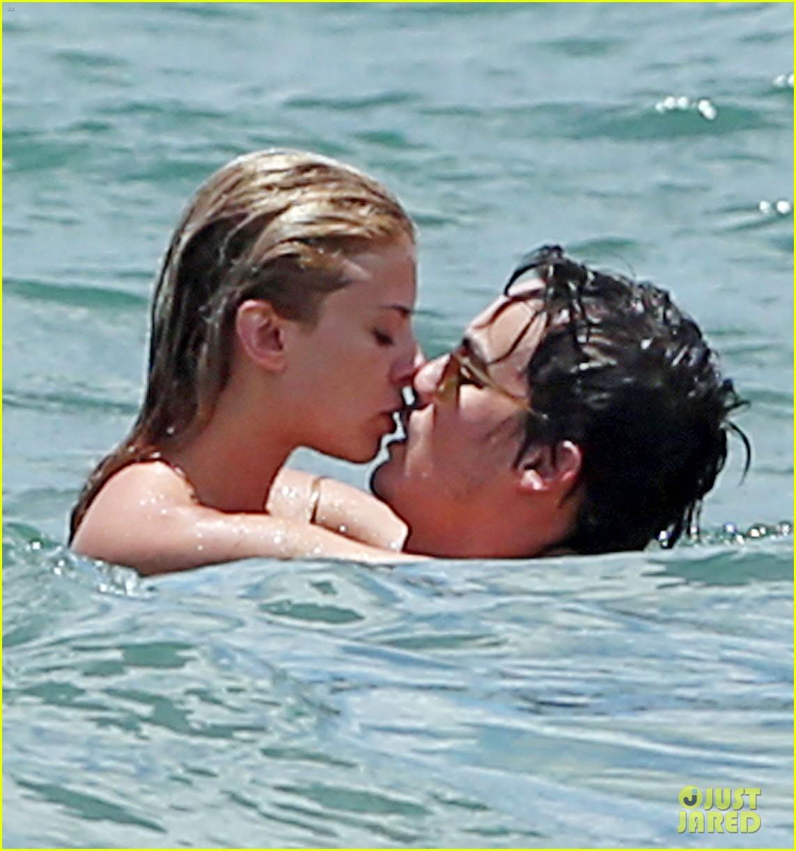 tyler blackburn kiss girlfriend beach maui vacation 02