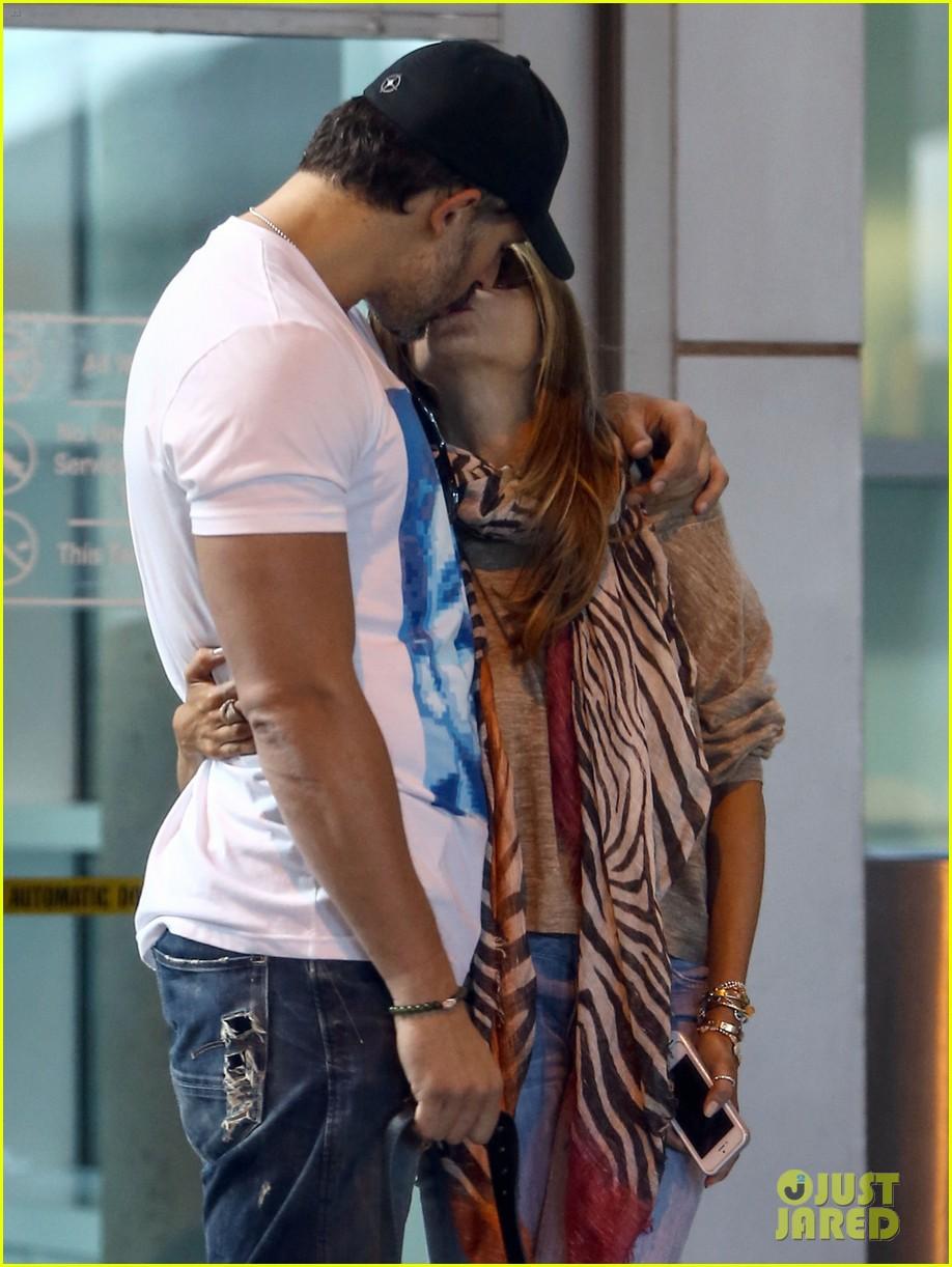 sofia-vergara-joe-manganiello-share-very-sweet-kiss-21.jpg