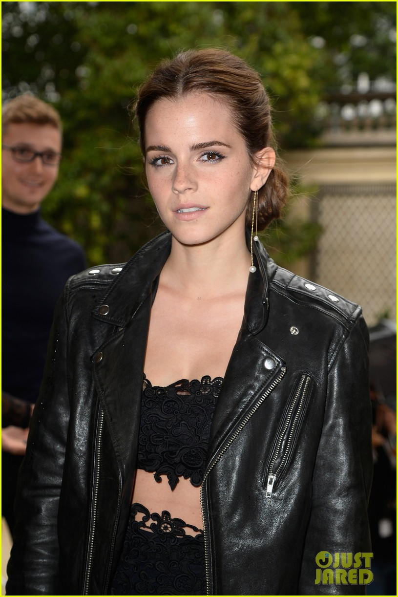 emma watson looks amazing in a crop top for valentino show 06