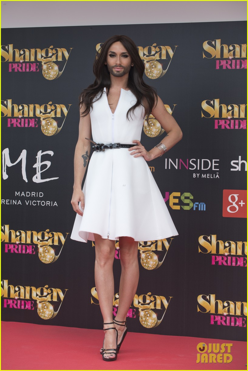 bearded drag queen conchita wurst receives pride award 053148904