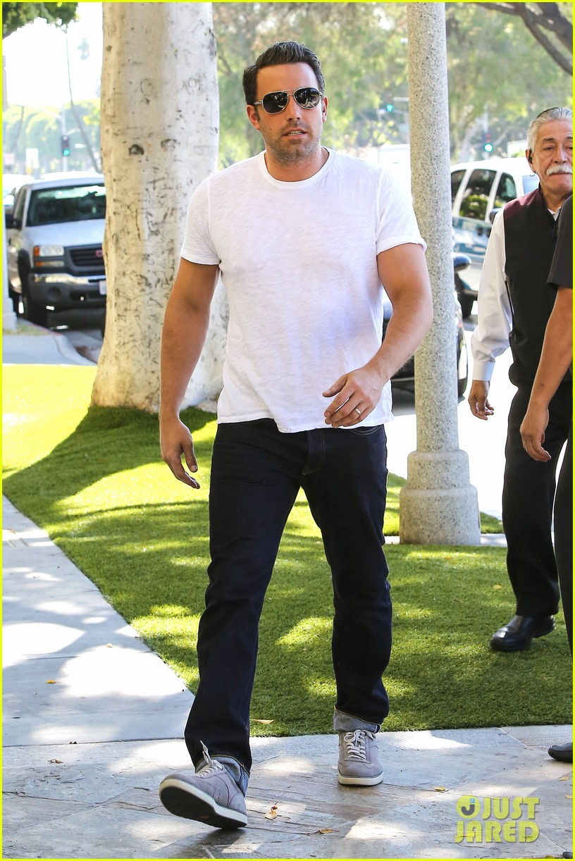ben affleck helps boost sales for detroit t shirts 013184903