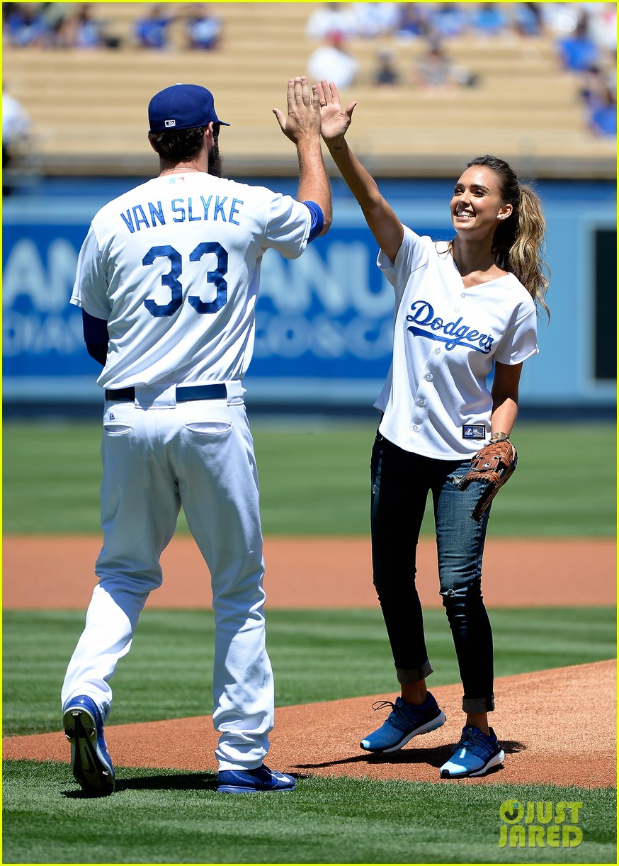 jessica alba throws first pitch at dodgers game 013178317