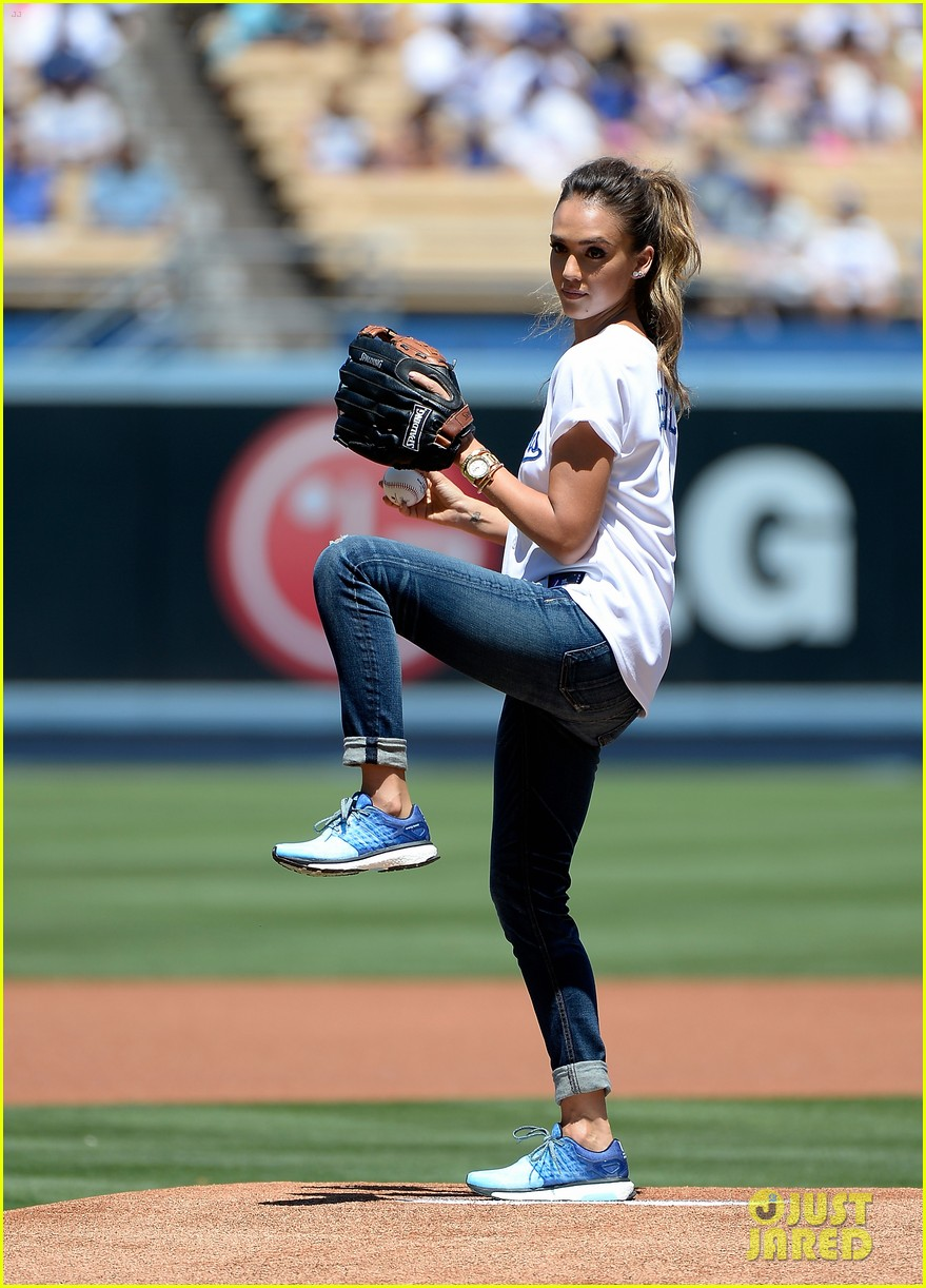 jessica alba throws first pitch at dodgers game 063178322