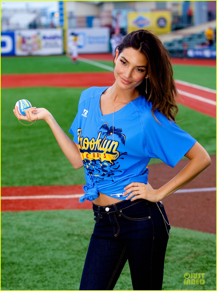 lily aldridge gigi hadid throw out first pitch at baseball game 31