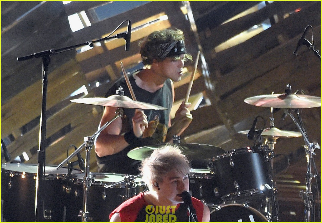5 seconds of summer amnesia mtv vma performance 04