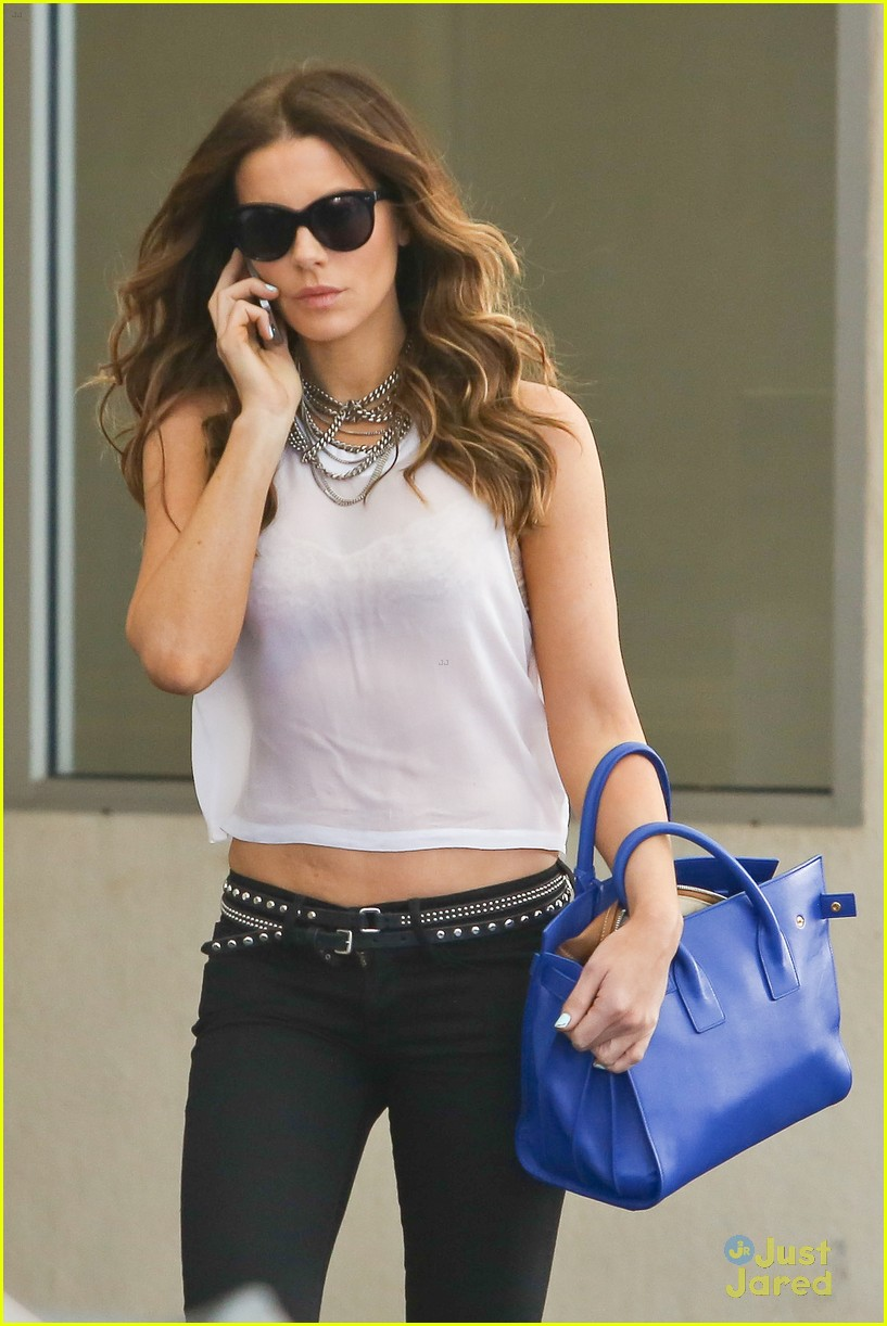 kate beckinsale bares midriff 063180665