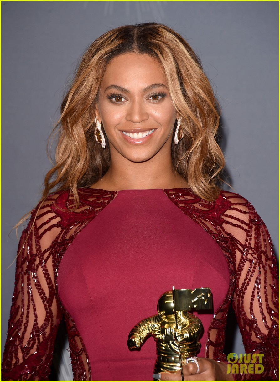 beyonce shows off four moonmen in vmas press room 02