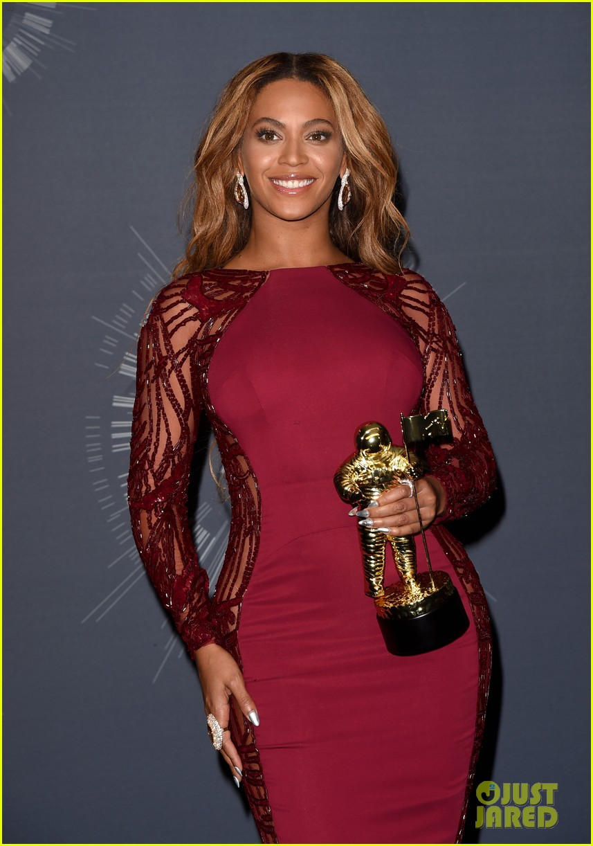 beyonce shows off four moonmen in vmas press room 04