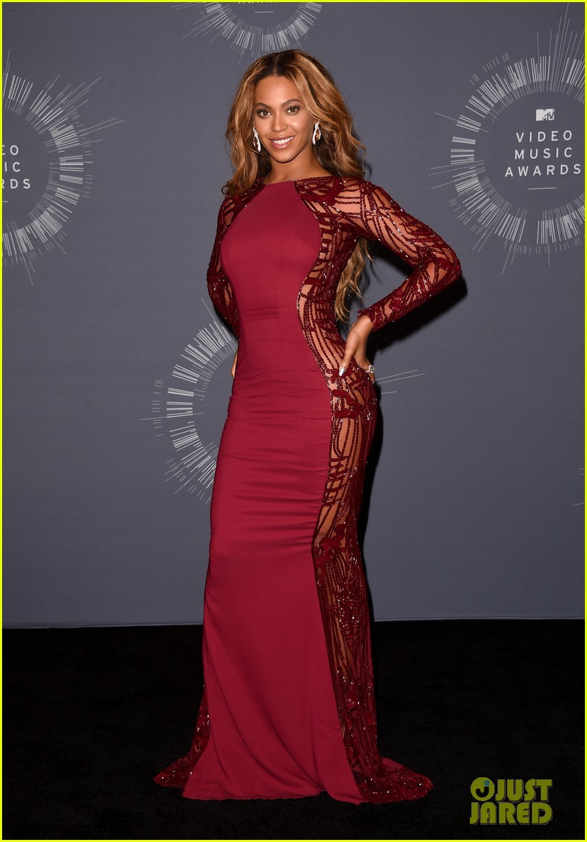 beyonce shows off four moonmen in vmas press room 07