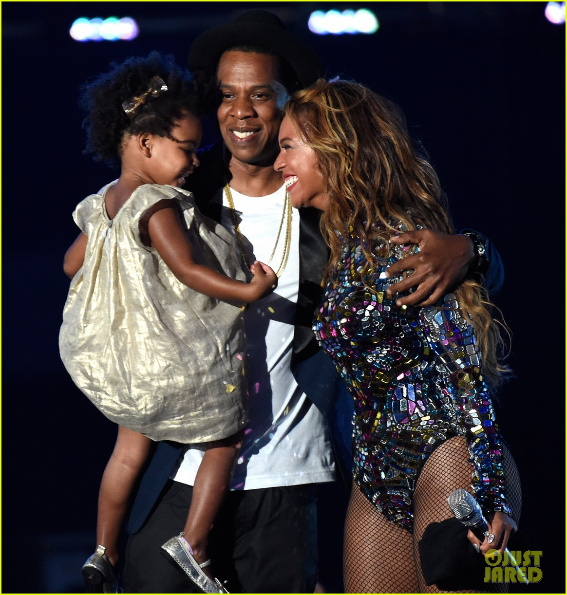 blue ivy presents mom beyonce with award at vmas 2014 03