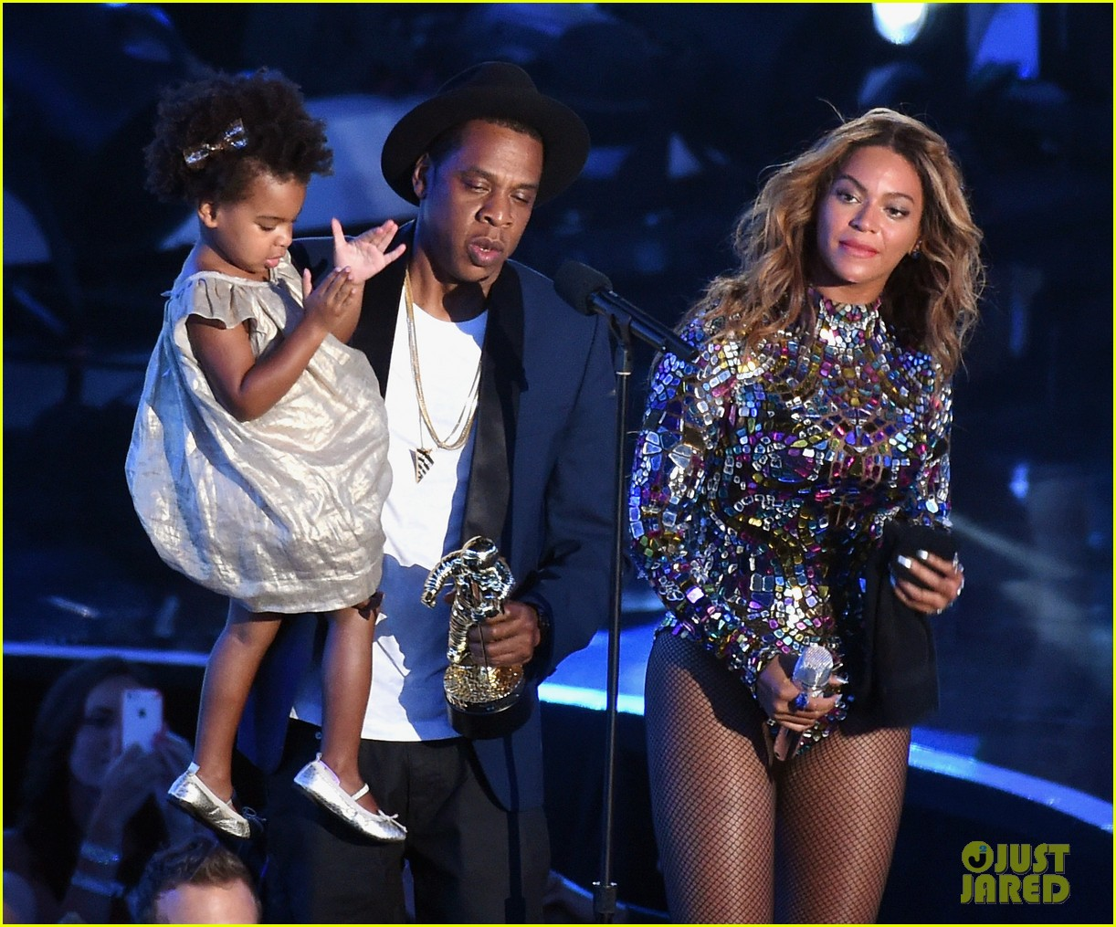 blue ivy presents mom beyonce with award at vmas 2014 14